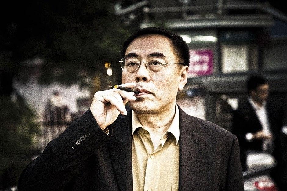 китаец курит электронную сигарету