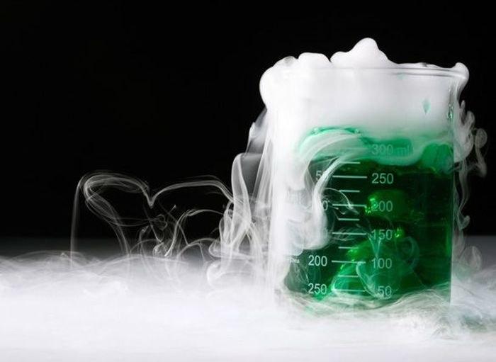 химическая склянка с паром