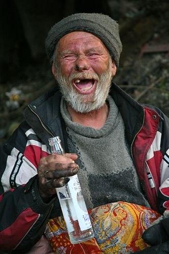 бомж с водкой